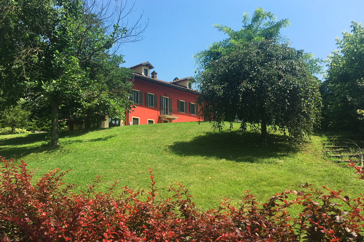Business ready farmhouse with pool and land near Turin